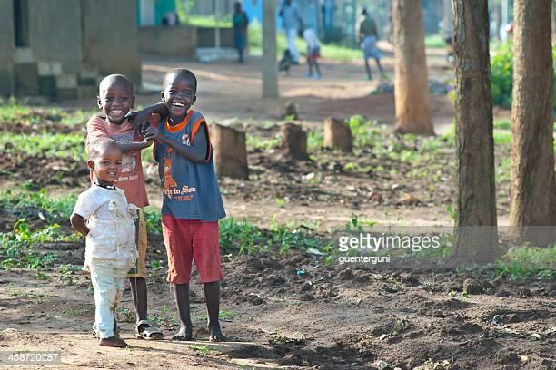 african los niños juegan en su localidad, ruanda - ruanda fotografías e imágenes de stock
