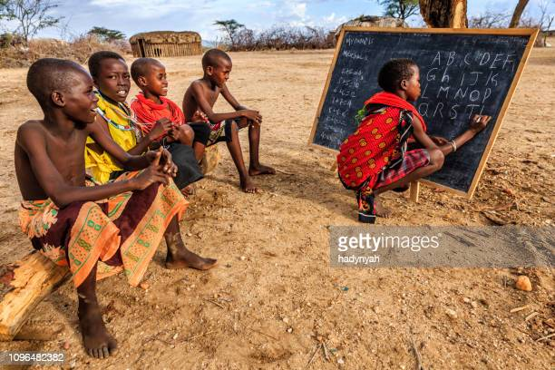 niños africanos durante la clase de inglés, la áfrica del este - kenia fotografías e imágenes de stock