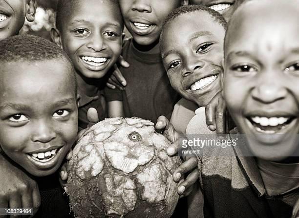 Africano crianças Jogando futebol ou futebol
