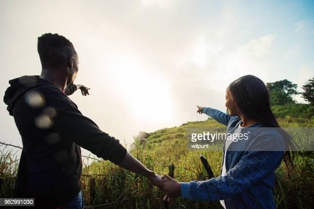 pareja africana tanto mirando y apuntando en la misma dirección - patrimonio de la humanidad por la unesco fotografías e imágenes de stock