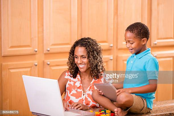 Afrikanischer Herkunft Mutter, Kind mit tablet PC und laptop.