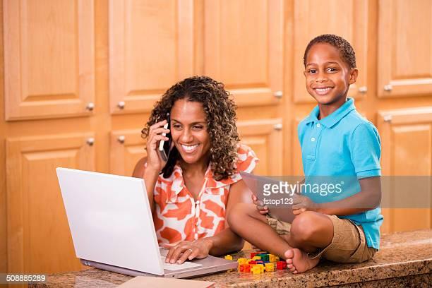 Afrikanischer Herkunft Mutter und Kind mit digitalen tablet, laptop, Smartphone.
