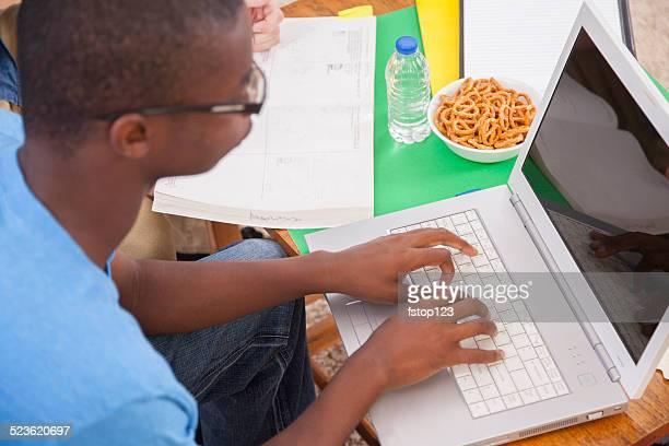 Afrikanischer Herkunft teen Jungen studieren. Wie zu Hause fühlen. Hausaufgabe, laptop. Mathematik buchen.