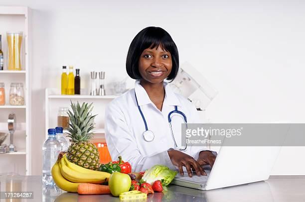 Africana médico oferecendo conselhos dietéticos