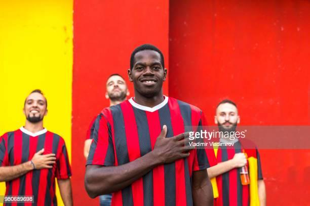 Fan de l'ethnie africaine devant les joueurs