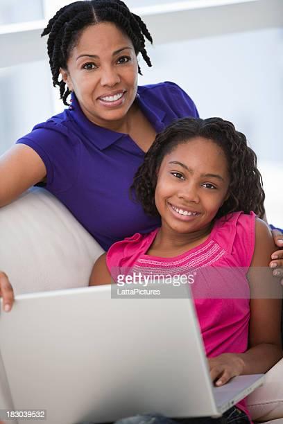 d'origine africaine mère et fille avec ordinateur portable - fille de 12 ans photos et images de collection