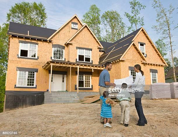 african family viewing house under construction - virginia amerikaanse staat stockfoto's en -beelden