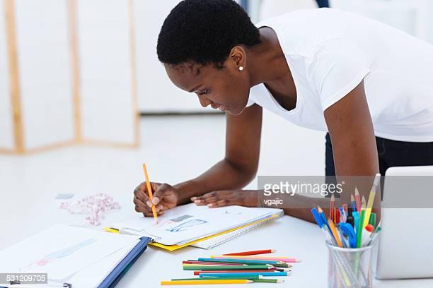 African diseñadora de moda en el trabajo.