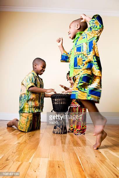 Africain de la mode: drums et danser les enfants