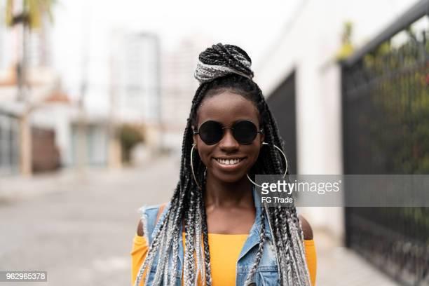 portret van de afrikaanse modieuze vrouw op straat - nigeria stockfoto's en -beelden