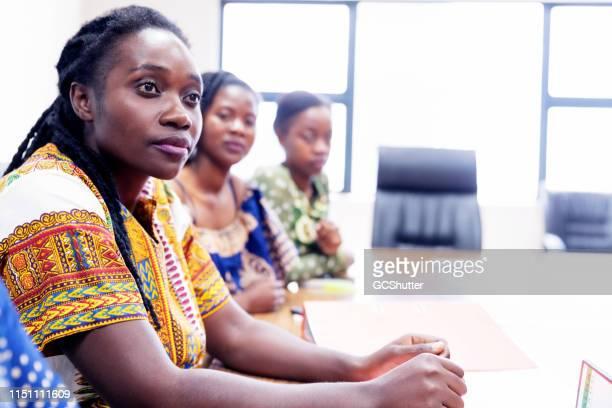 アフリカの女性ビジネスエグゼクティブが会議室でミーティングに出席 - ザンビア ストックフォトと画像