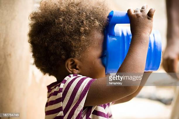 Afrikanische Mädchen trinken