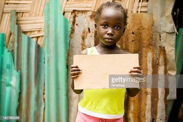 African fille tenant un panneau vierge