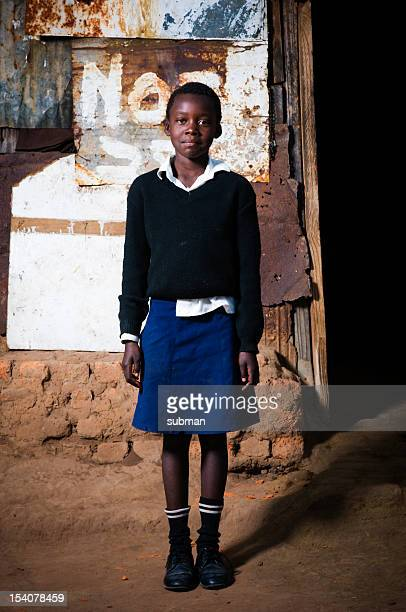 afrikanische mädchen vor den toren von shelter - ein mädchen allein stock-fotos und bilder