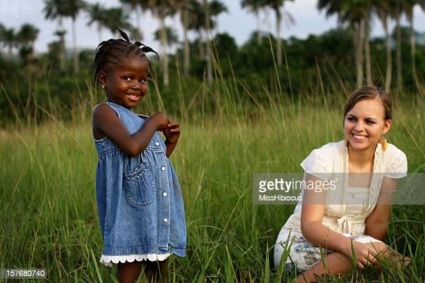 Afrikanische Mädchen mit amerikanischen Frau