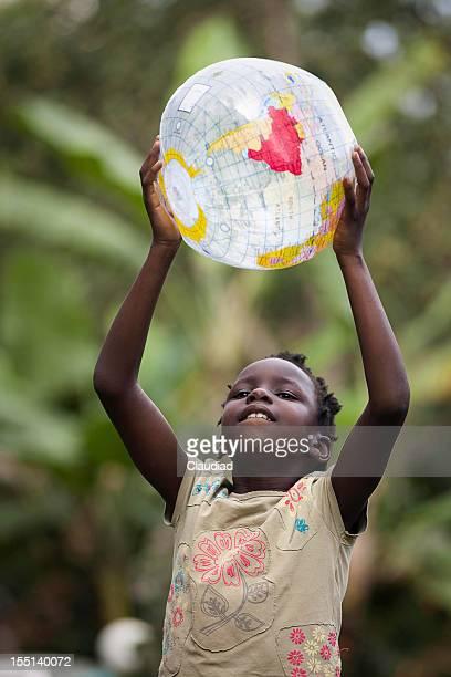 Jeune fille africaine avec un globe