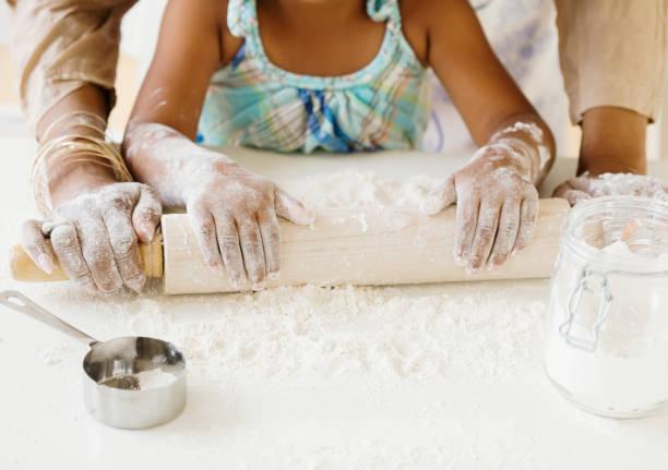 african grandmother baking with granddaughter - 焗 預備食物 個照片及圖片檔