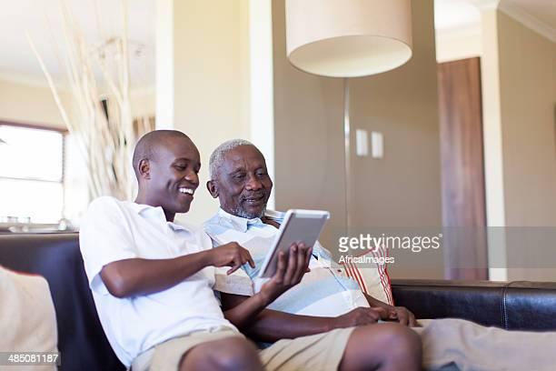 African nieto enseñanza Su abuelo cómo utilizar un comprimido