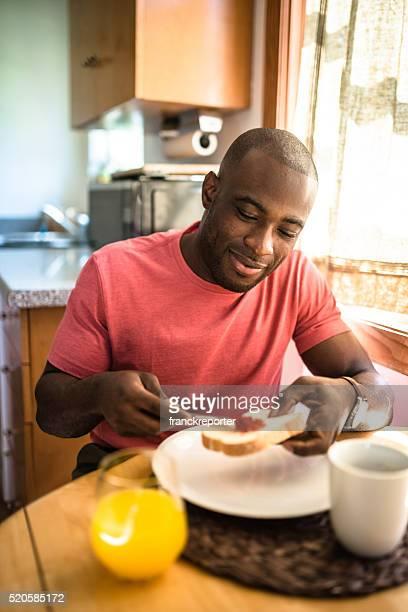 Rapaz africano fazendo o pequeno-almoço em casa