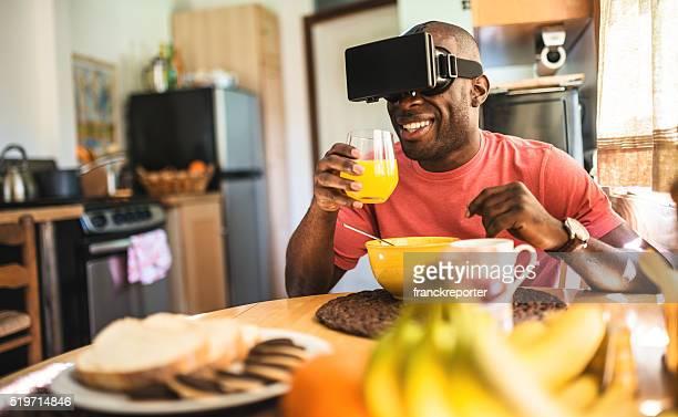 Afrikanische Mann entartains seiner selbst Gerät mit virtuelle Realität Simulator