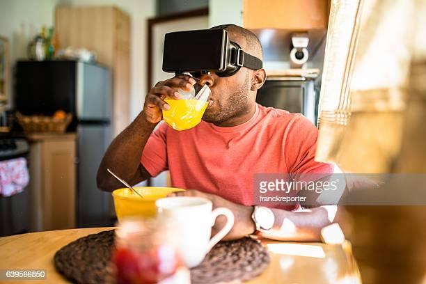 chico africano entartains su estacionamiento sin servicio de valet con dispositivo de simulador de realidad virtual - wonder película de 2017 fotografías e imágenes de stock