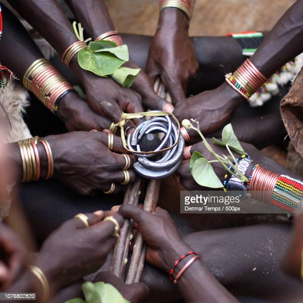 african hamer ceremony, close-up of hands - dietmar temps 個照片及圖片檔