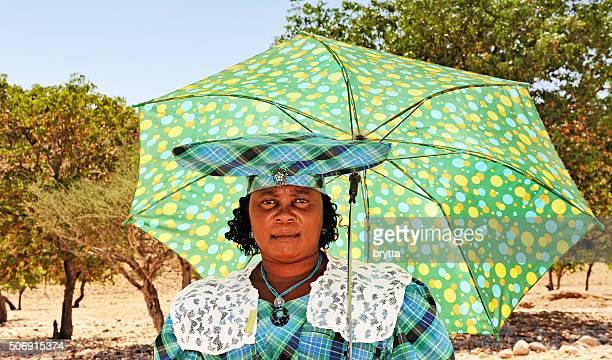 HereroName africano mulher com guarda-chuva, traditional Adereço para a cabeça e vestuário, Namíbia