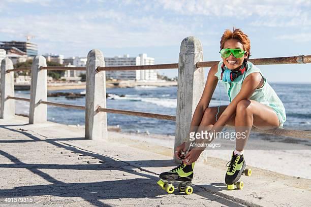 Africana Menina de hipster colocar no ringue de lâminas no Mar
