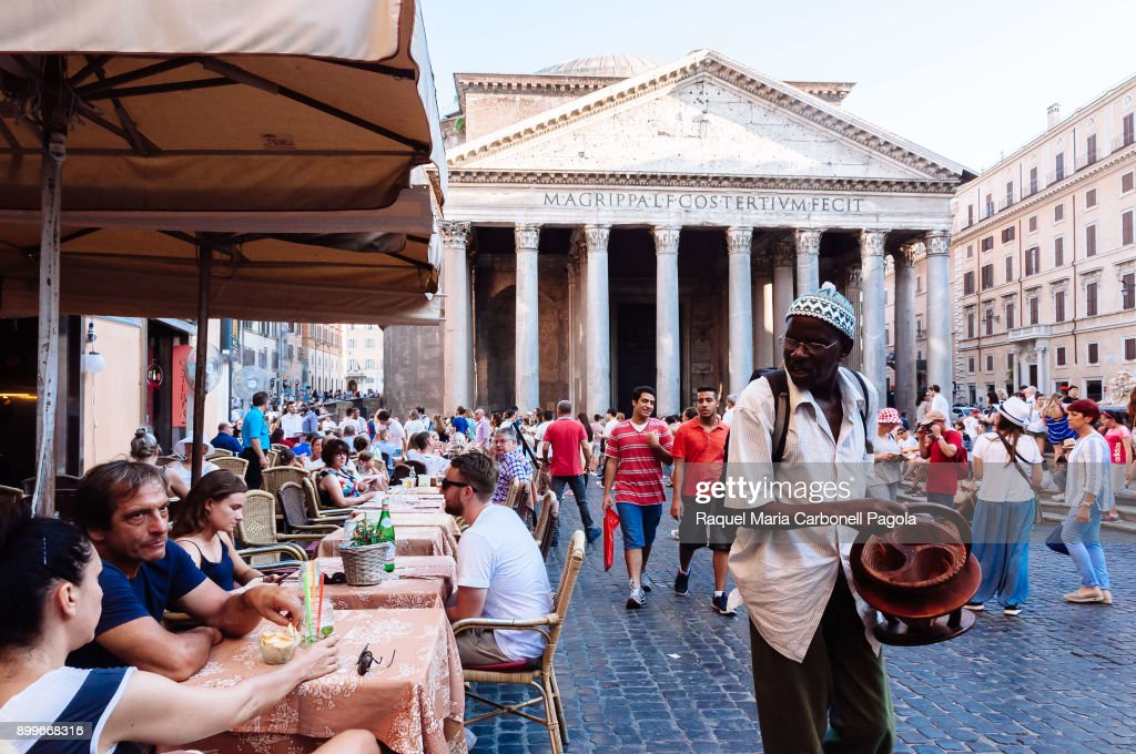 African immigrant selling crafts to tourists sit at... : Fotografía de noticias