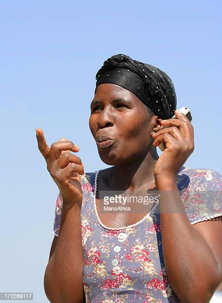 Femme d'Afrique avec un téléphone portable
