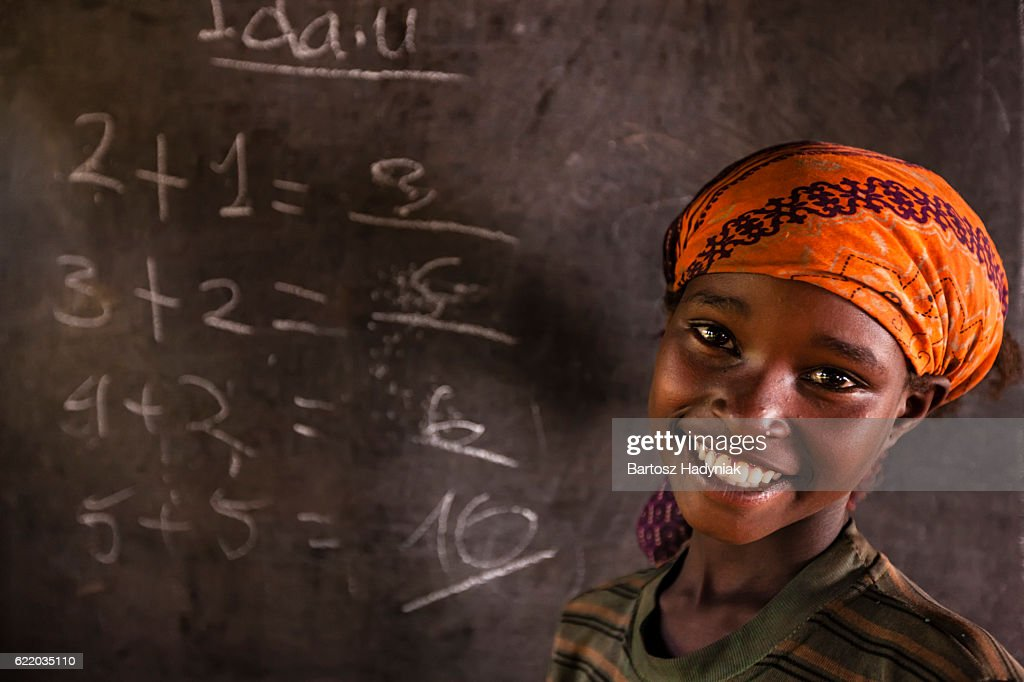 African little girl during math class, southern Ethiopia, East Africa : Foto stock