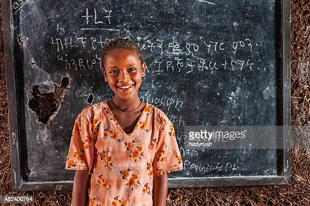 アフリカの少女が学習 Amharic 言語)