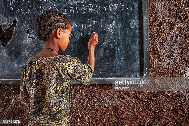 Bambina africana è learning Amarico lingua