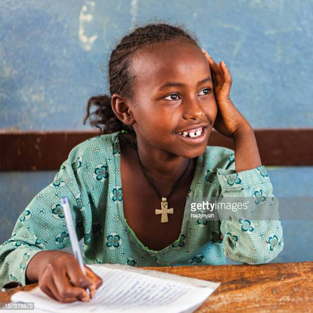 Fillette africaine apprentissage de la langue anglais