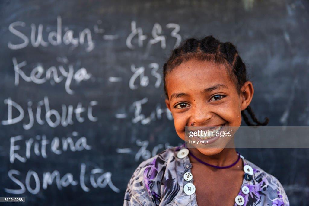 Niña africana es el aprendizaje de inglés : Foto de stock