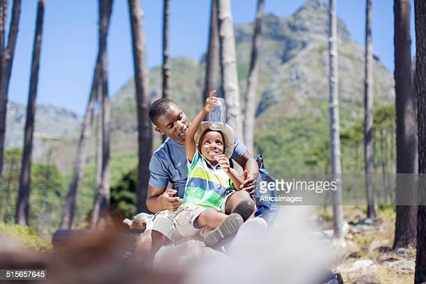 Africain mâle passer du temps avec son fils