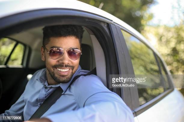 車を運転するアフリカ人の男 - パイロットサングラス ストックフォトと画像