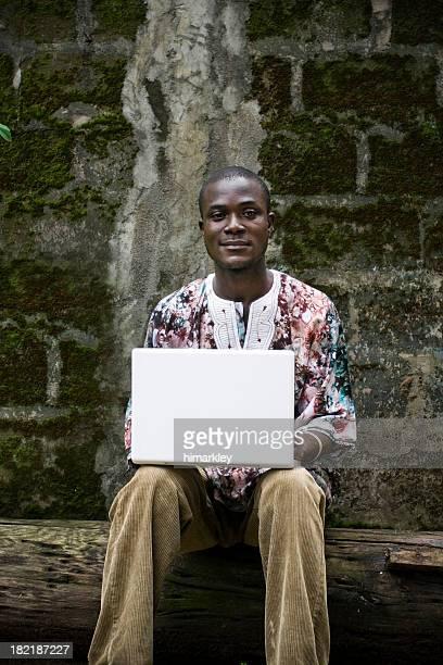 hombre africano en computadora portátil - áfrica del oeste fotografías e imágenes de stock