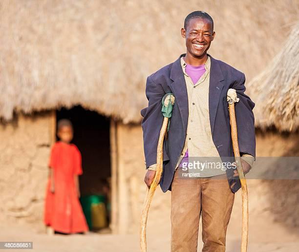 Afrikanische Mann mit Krücken
