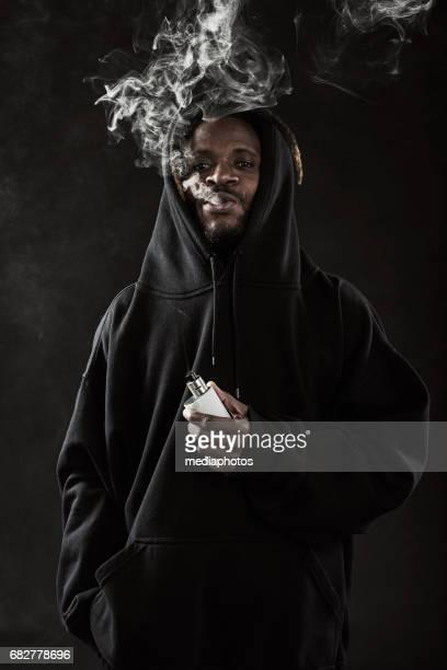 Afrikanischer Mann mit Dreadlocks