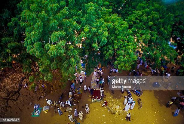 african market - cameroun photos et images de collection