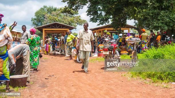 escena del mercado africano - tata somba, benin - áfrica del oeste fotografías e imágenes de stock
