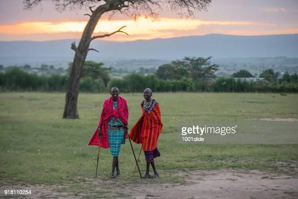 afrikanischen masai krieger bei sonnenaufgang - afrikanischer volksstamm stock-fotos und bilder