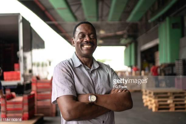 retrato do proprietário do homem maduro africano no armazém - brasil - fotografias e filmes do acervo