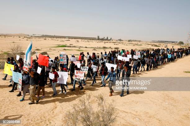 TOPSHOT African migrants march from Holot detention centre to the Saharonim Prison an Israeli detention facility for African asylum seekers where at...