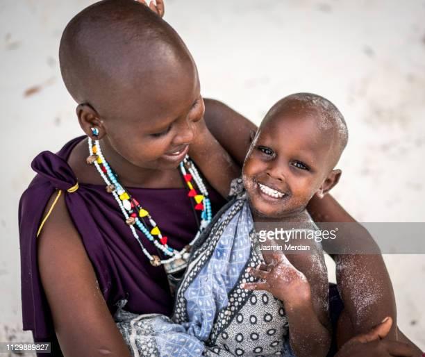 african mother and baby girl - tribus africanas fotografías e imágenes de stock