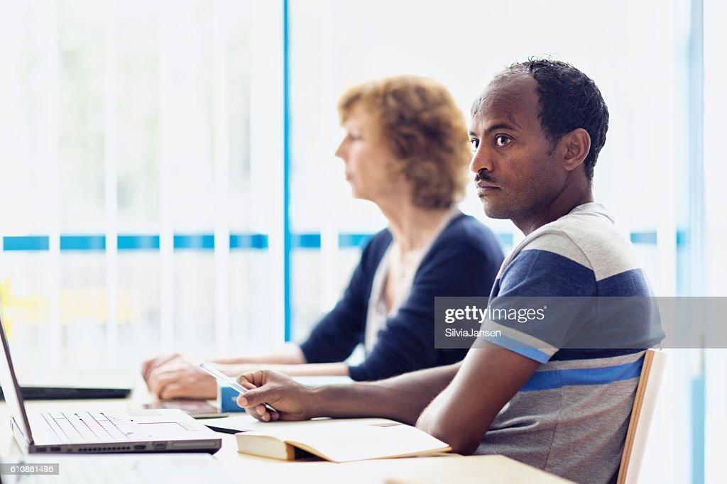 コンピュータラボでのアフリカ難民学習言語 : ストックフォト