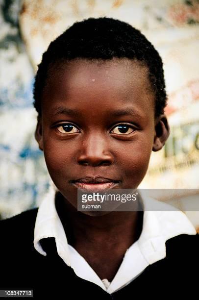 protección frente a niña en edad escolar africano - africano nativo fotografías e imágenes de stock