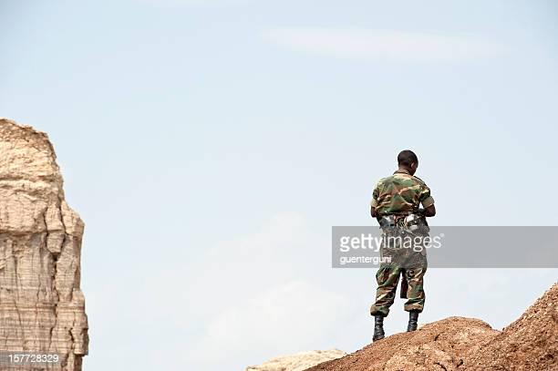 afrikanischer soldaten im danakil wüste, äthiopien - eritrea stock-fotos und bilder