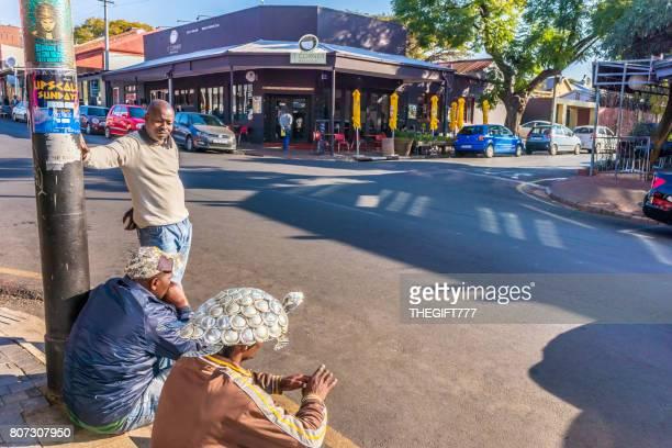 afrikanischer straßenhändler in melville, johannesburg - kunsthandwerkliches erzeugnis stock-fotos und bilder